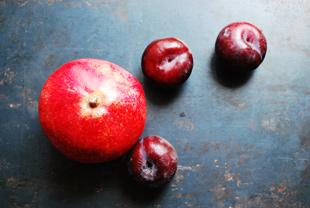 Granatapfel und Pflaumen