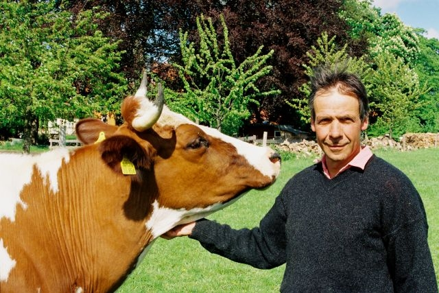 Georg Jahn mit einer Kuh
