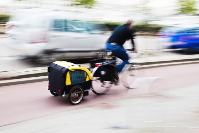 Fahrradfahrer mit Anhänger