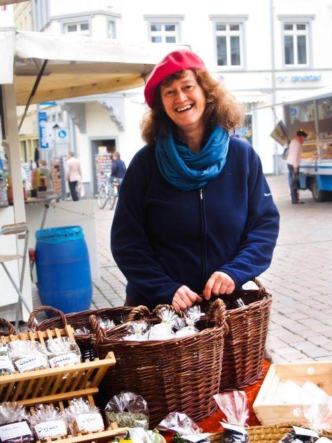 Cornelia Weiß auf dem Wochenmarkt