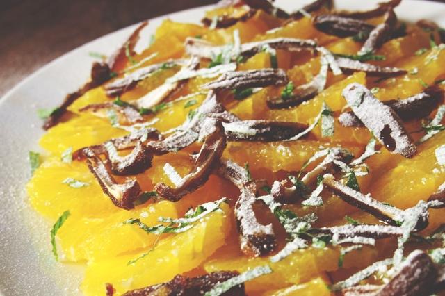Orangensalat mit Datteln und Minze
