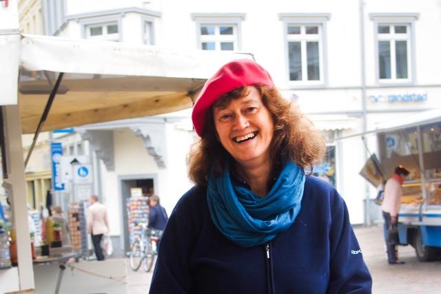 Cornelia Weiß an ihrem Stand auf dem Schweriner Wochenmarkt