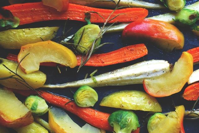 Gebackenes Wintergemüse mit Rosmarin und Äpfeln