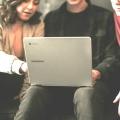 Schüler beim Projekt am Laptop