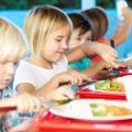Kinder beim gemeinschaftlichen Essen